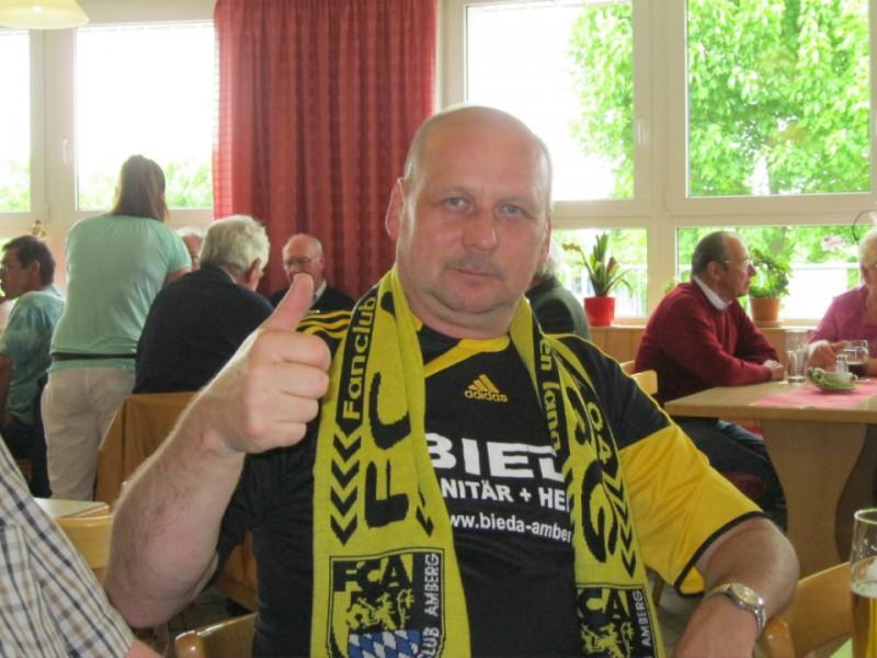 Der Fanclub unterstützt den FC Amberg mit einer Ballspende
